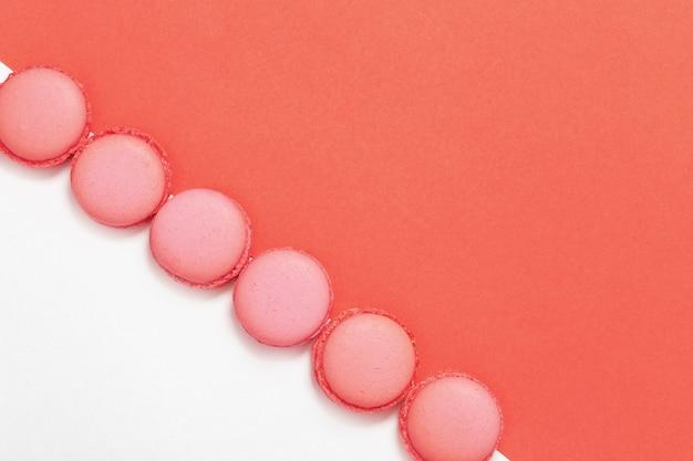 Macarons dolci isolati sul colore rosa