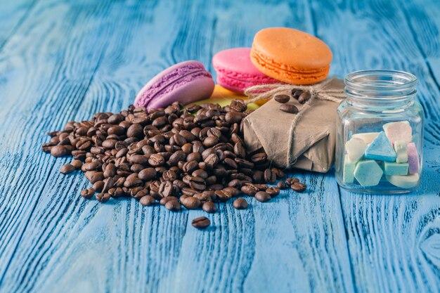 Macarons francesi colorati sulla tavola di legno