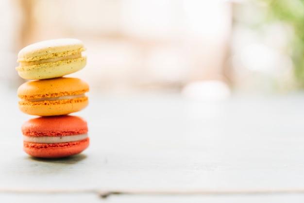 Macarons impilati vista frontale