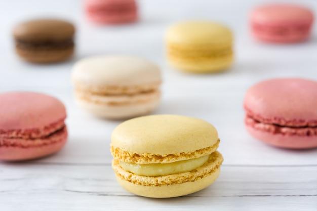 Macarons su un tavolo di legno bianco