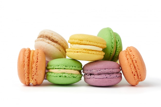 Macarons tondi di farina di mandorle multicolori cotti al forno