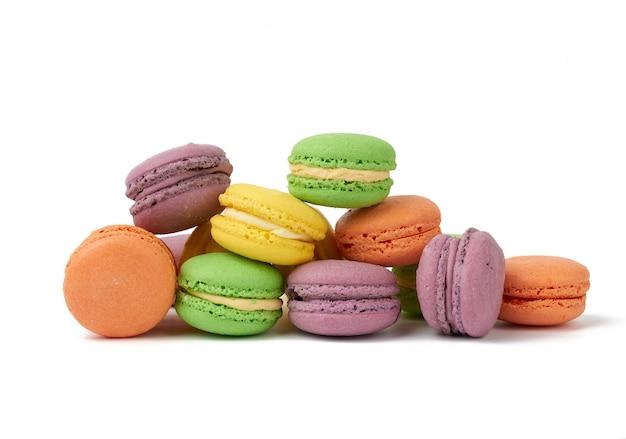 Macarons torte di farina di mandorle multicolori al forno rotonde, il dessert è disposto in una pila