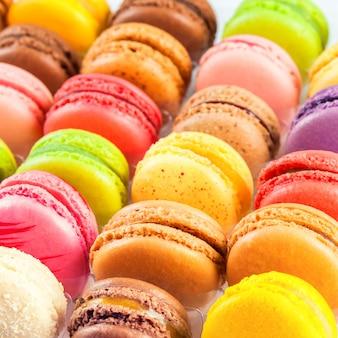 Macarons variopinti francesi tradizionali in una scatola