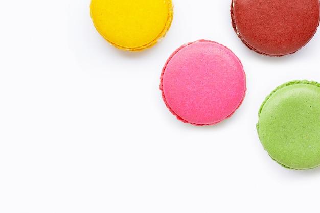 Macarons variopinti isolati su bianco
