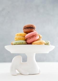 Macarons vista frontale su sfondo minimalista