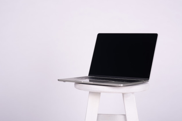 Macbook su uno sfondo bianco