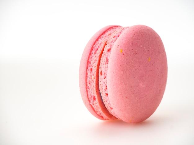 Maccherone rosa su sfondo bianco