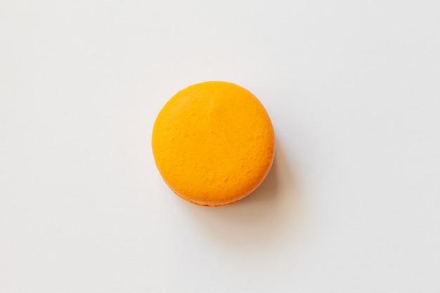Maccheroni arancioni su una priorità bassa bianca