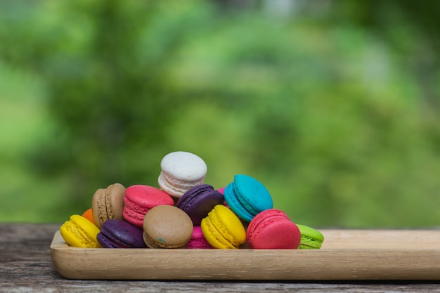Maccheroni colourful in piatto sulla tavola di legno