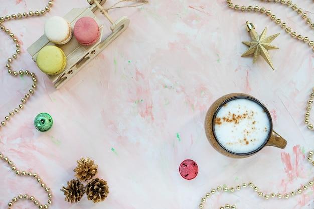 Maccheroni di caffè e decorazioni natalizie. natale