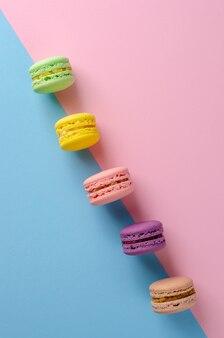 Maccheroni dolci biscotti colorati su colori pastello colorati