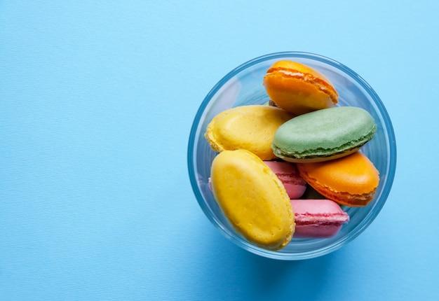 Maccheroni multicolori del dessert francese su fondo blu