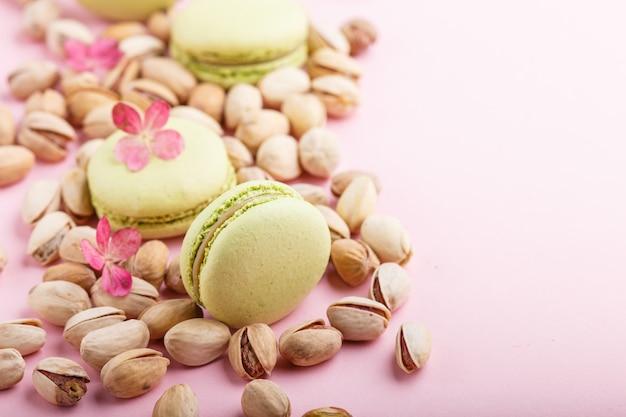 Maccheroni verdi o torte di amaretti con pistacchi. vista laterale, copia spazio.