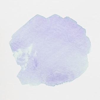 Macchia acquerello viola chiaro con lavaggio su sfondo bianco