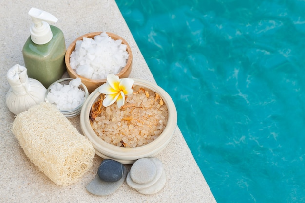 Macchia di sale e oggetti spa a bordo piscina, bellezza e concetto wellnexx
