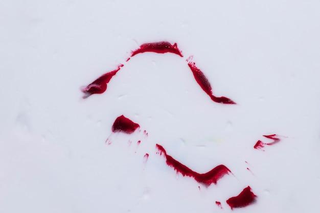 Macchie di acquerello rosso scuro isolato su sfondo bianco