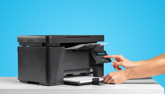 Macchina copiatrice stampante su un blu brillante