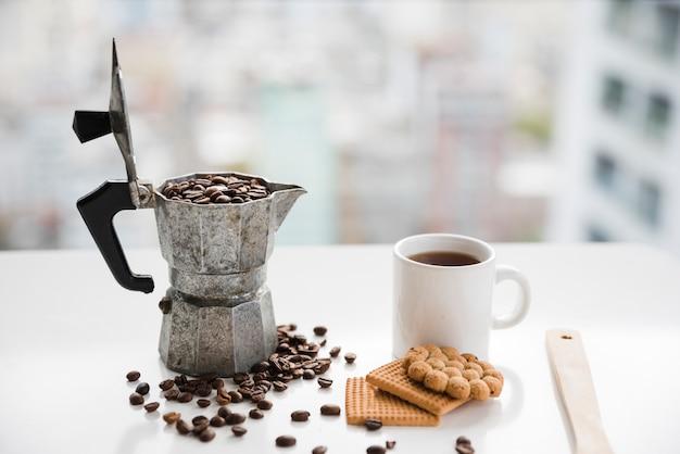 Macchina da caffè piena di chicchi di caffè