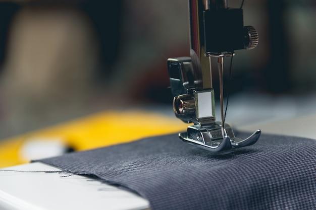 Macchina da cucire e capo d'abbigliamento