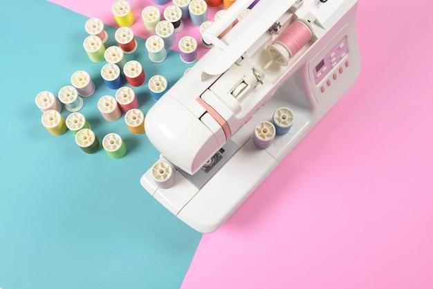 Macchina da cucire e rotoli di filo colorato per il concetto di cucito, cucito e ricamo.