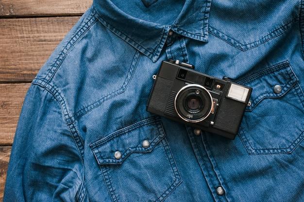 Macchina da presa vintage sulla camicia di jeans