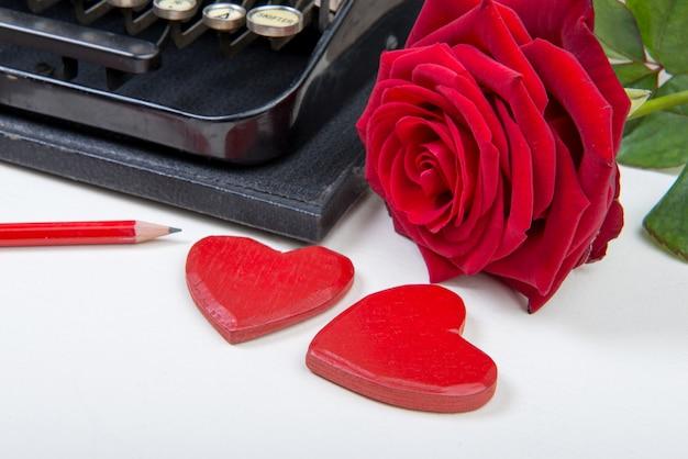 Macchina da scrivere con cuori e rose