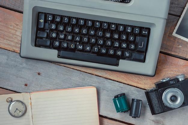 Macchina da scrivere, macchina fotografica e orologio da tasca