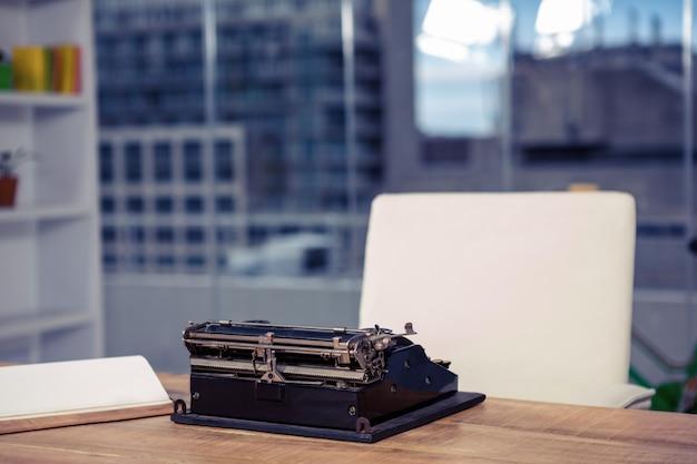 Macchina da scrivere sulla scrivania in ufficio