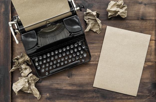 Macchina da scrivere vintage con carta vuota