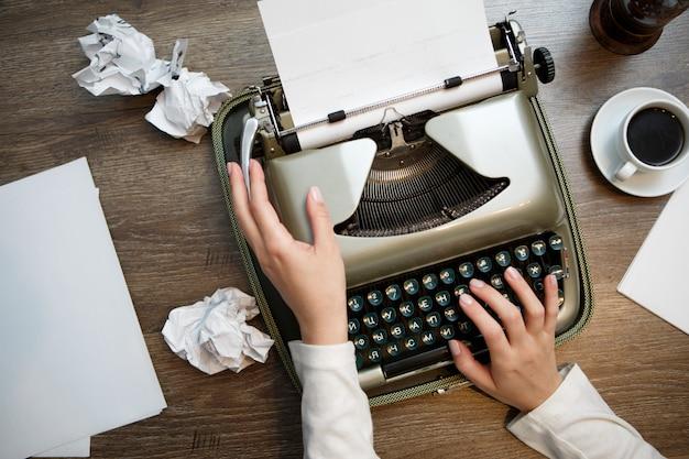 Macchina da scrivere vintage e carta bianca