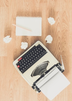 Macchina da scrivere vintage e un quaderno di carta bianco