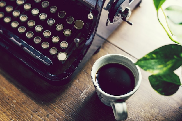 Macchina da scrivere vintage su un tavolo di legno