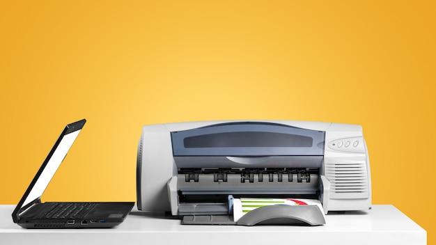 Macchina della copiatrice della stampante su un fondo colorato luminoso