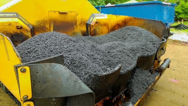 Macchina finitrice asfaltatura durante lavori stradali di riparazione stradale