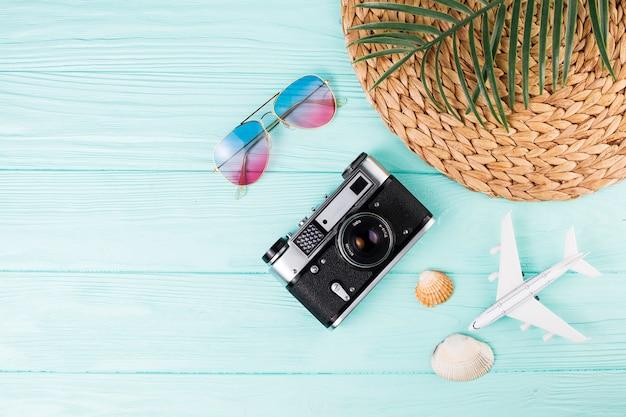 Macchina fotografica a fianco di souvenir in viaggio