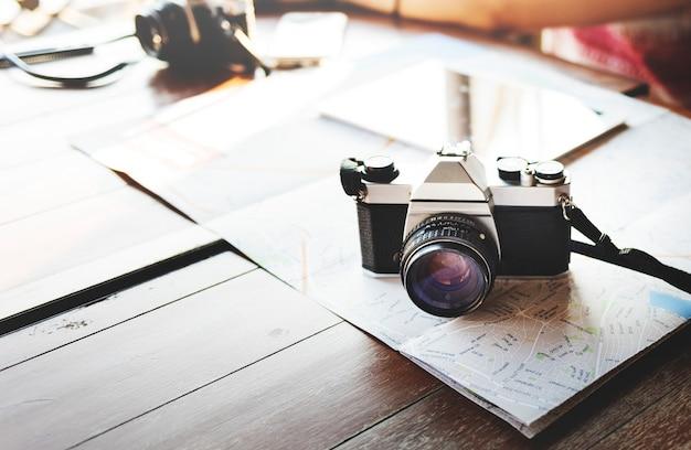 Macchina fotografica che fotografa concetto di viaggio digitale della mappa della compressa