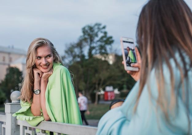 Macchina fotografica che fotografa una giovane donna