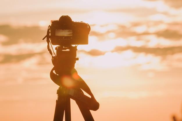 Macchina fotografica con sfondo di natura.
