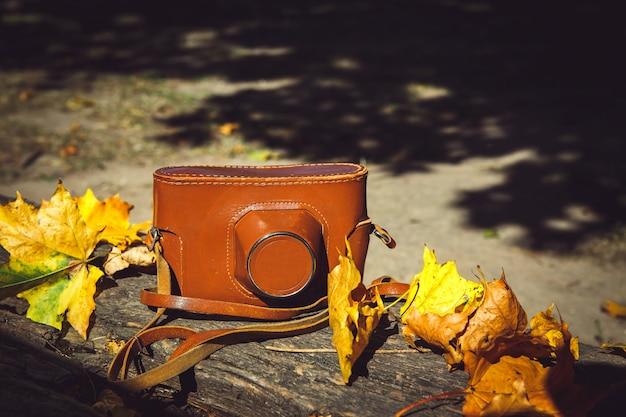 Macchina fotografica d'epoca sulla panca di legno