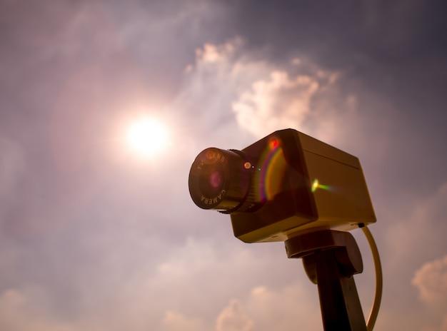 Macchina fotografica del cctv all'aperto con il cielo e la nuvola