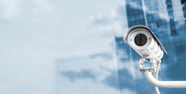 Macchina fotografica del cctv nella città con lo spazio della copia