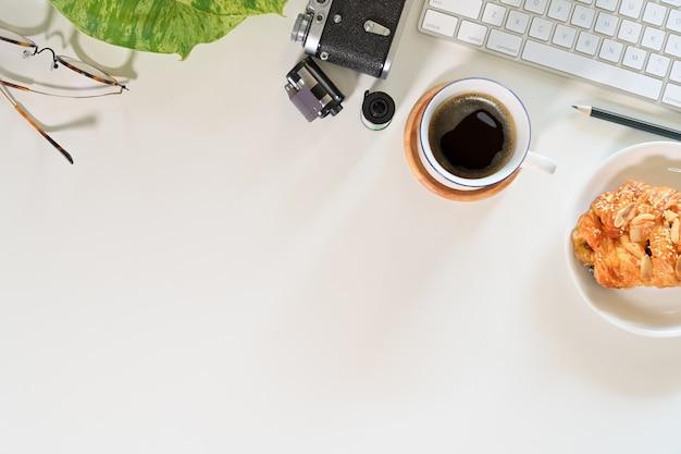 Macchina fotografica dell'annata del mockup della scrivania con gli articoli per ufficio e lo spazio della copia