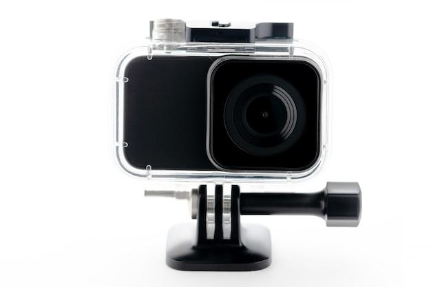 Macchina fotografica di azione 4k isolata su una priorità bassa bianca.