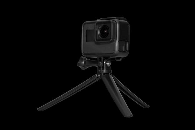 Macchina fotografica di azione isolata sul nero