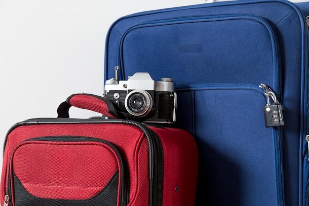 Macchina fotografica di primo piano su valigie