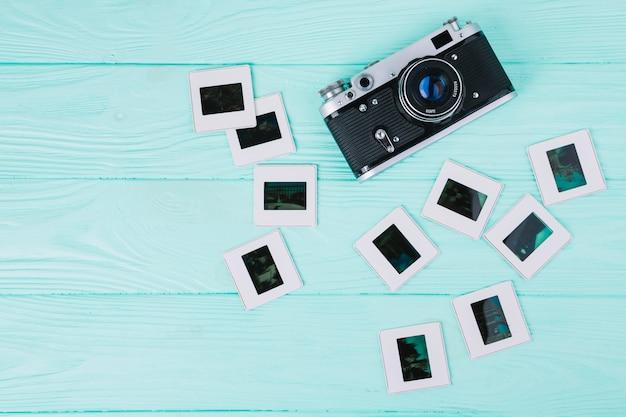 Macchina fotografica di vista superiore con i negativi su fondo blu