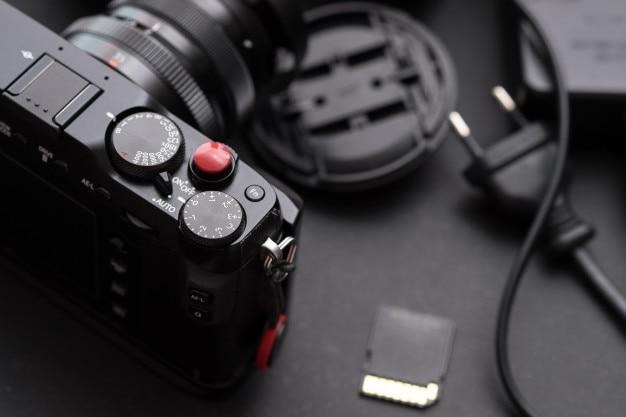 Macchina fotografica digitale da vicino sulla scrivania. fotografico