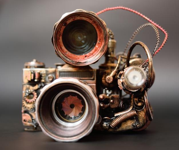 Macchina fotografica futuristica dello steampunk su una fine scura della priorità bassa in su