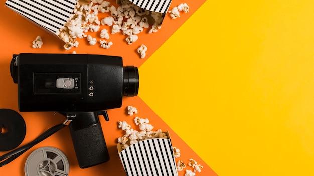 Macchina fotografica piatta e popcorn