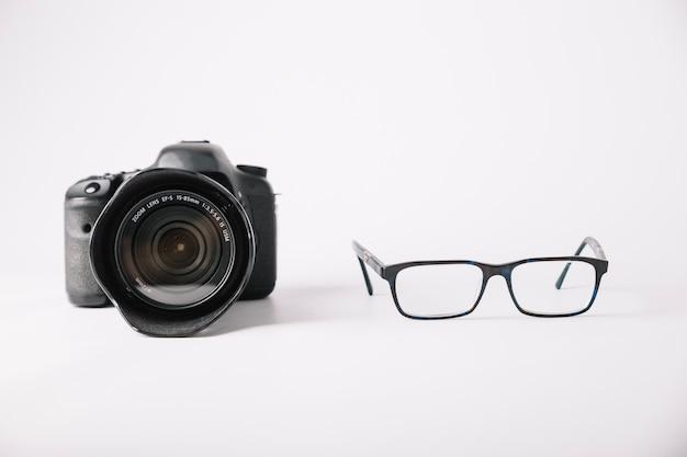 Macchina fotografica professionale e occhiali